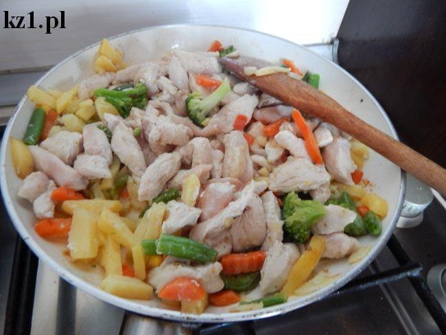 warzywa na patelni i pierś z kurczaka