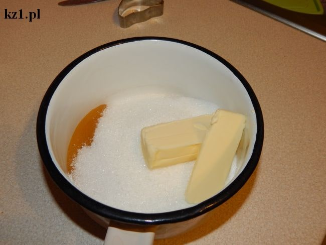 masło, cukier i miód w rondelku