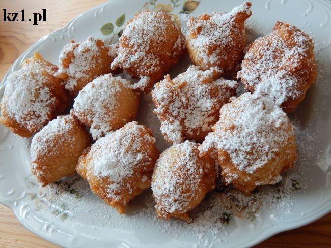 serowe pączki posypane cukrem pudrem