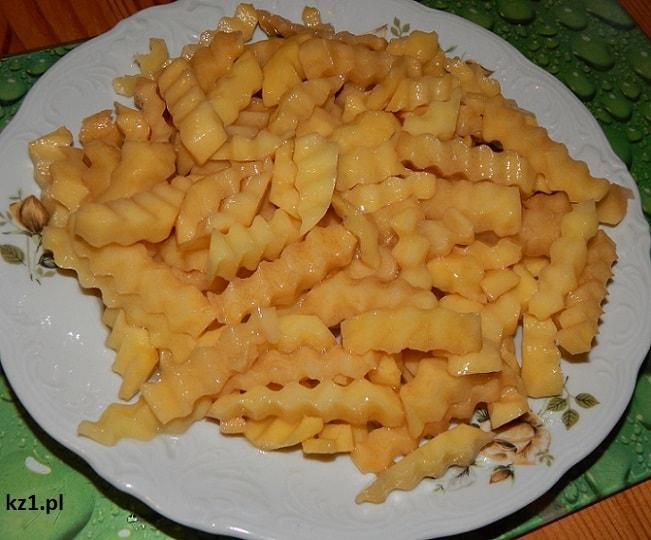 duża ilość naoliwionych ziemniaków na frtytki