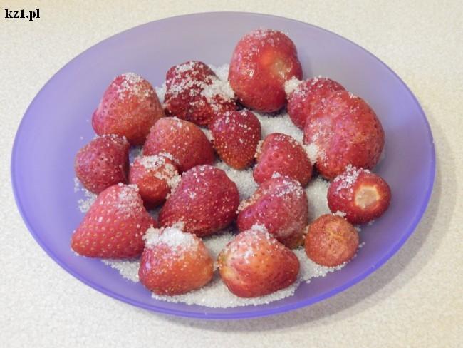 mrożone truskawki posypane cukrem