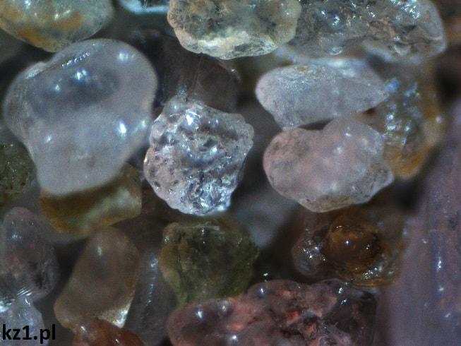 kryształki piasku morskiego pod mikroskopem