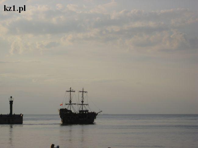 statek na wodzie