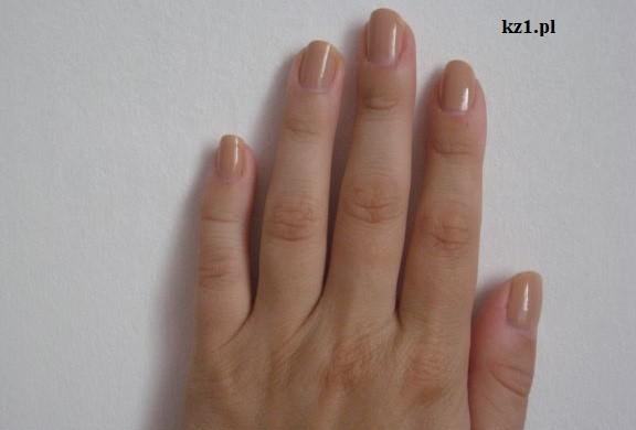 paznokcie pomalowane na beżowo