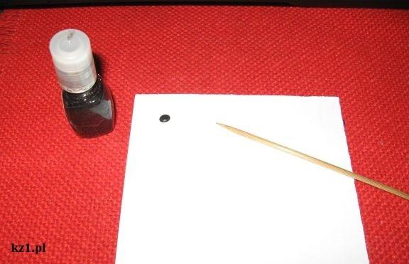 kropka czarnego lakieru do paznokci