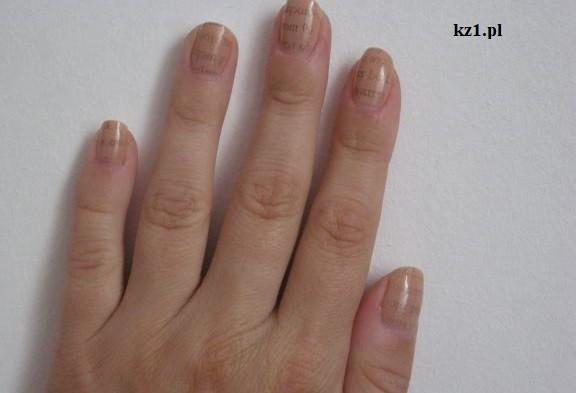 wzór gazetowy na paznokciach