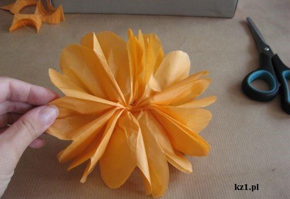 okrągły kwiat z bibuły pomarańczowej