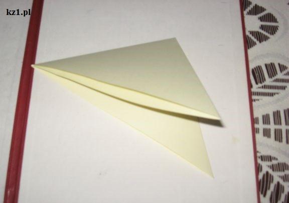 kartka A4 złożona w trójkąt