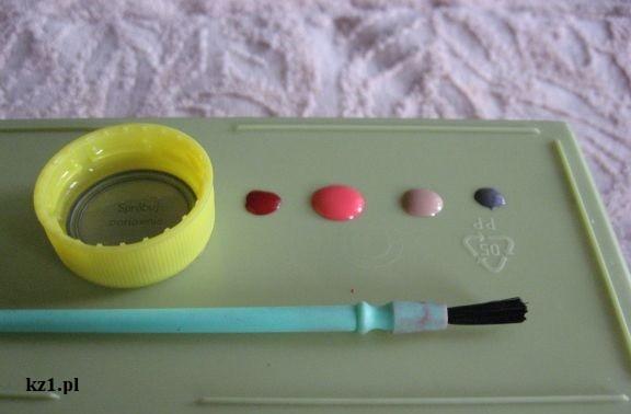 kropelki lakieru do paznokci w różnych kolorach