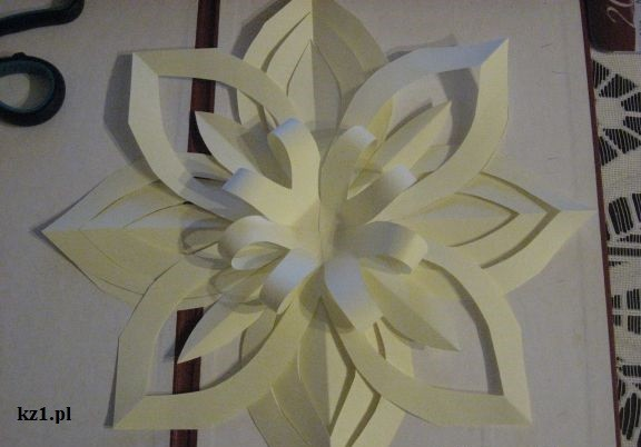 kremowy kwiat z kartki papieru