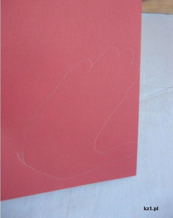 odrysowana dłoń na czerwonej kartce