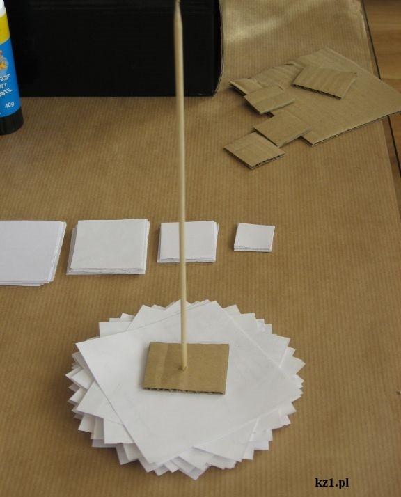 nabijanie kartek na patyczek