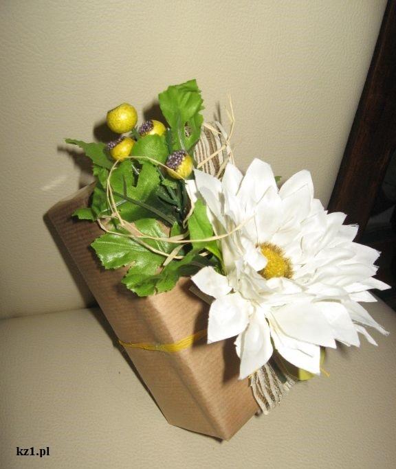 przent ozdobiony sztucznymi kwiatami