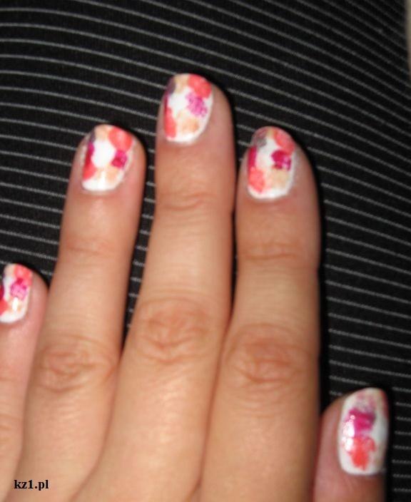 paznokcie pomalowane w plamkowy wzór