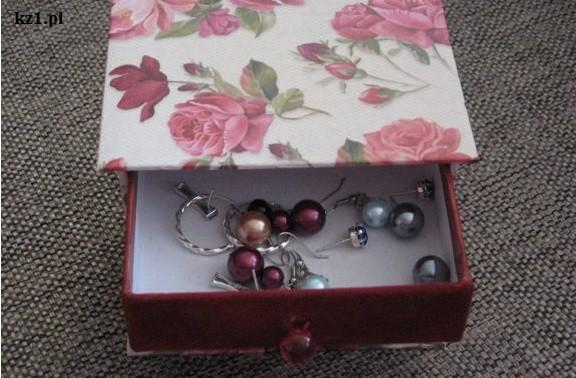 biżuteria w pudełku