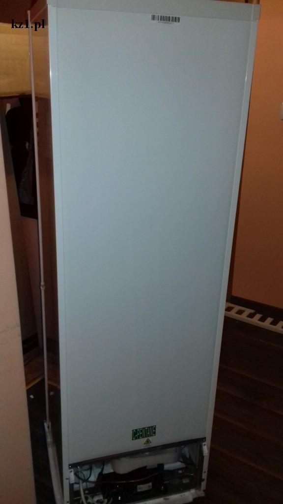 zabudowany tył lodówki ścianka z plastiku tektury