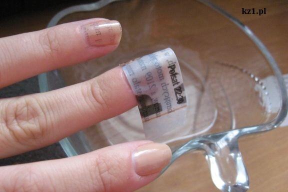 nakładanie gazety na paznokcie