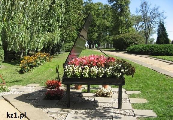 fortepian z kwiatami