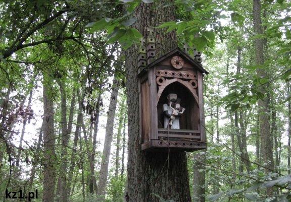 kapliczki na drzewach w skansenie