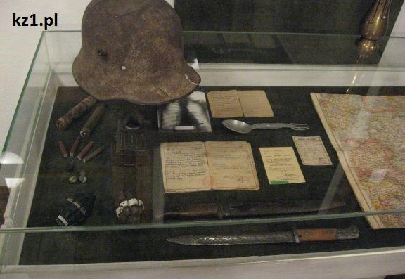 stary kask hełm w muzeum
