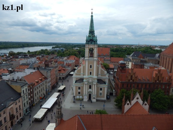 widok na kościół z wieży w Toruniu