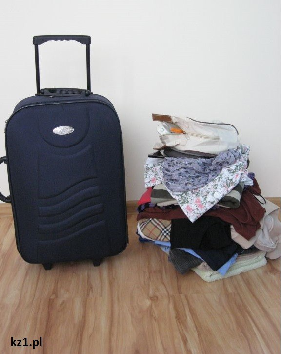 walizka i góra ubrań