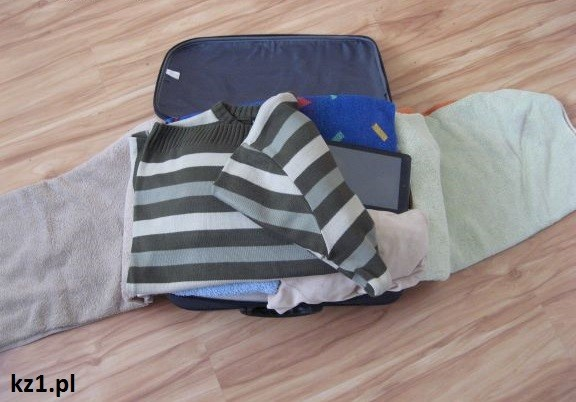 pakowanie walizki swetra
