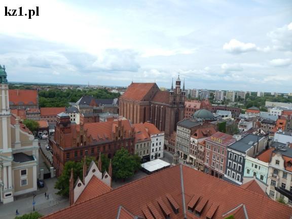widok z wieży ratuszowej w Toruniu na miasto