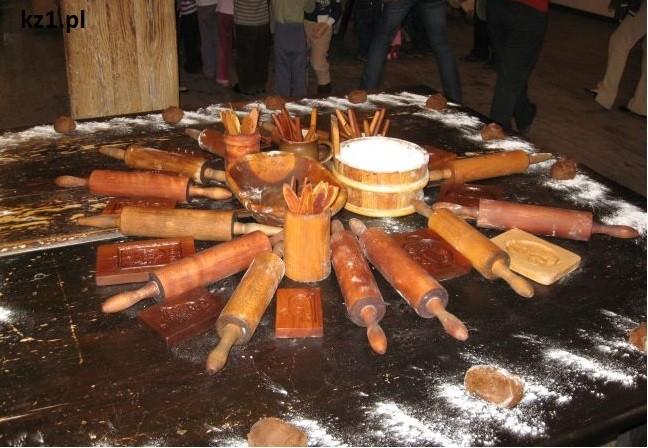 wałki do ciasta i ciasto piernikowe