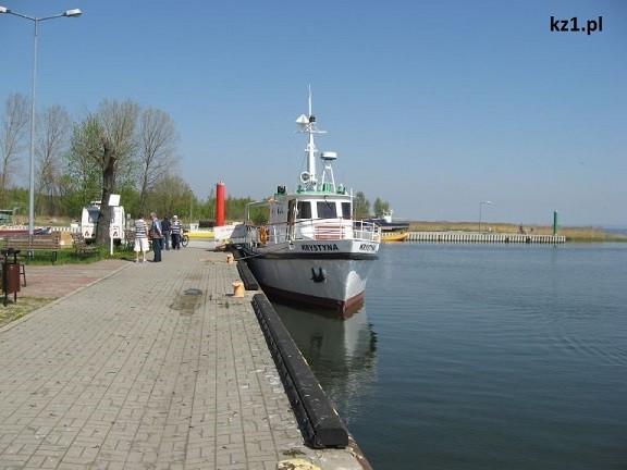 statek w kątach rybackich w porcie
