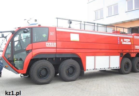 wóz strażacki na lotnisku w łodzi