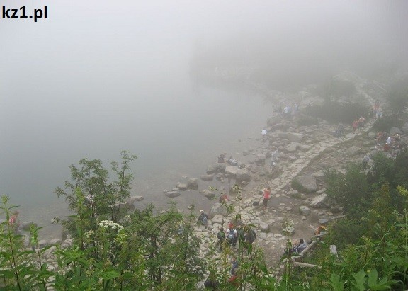 widok na morskie oko za mgłą