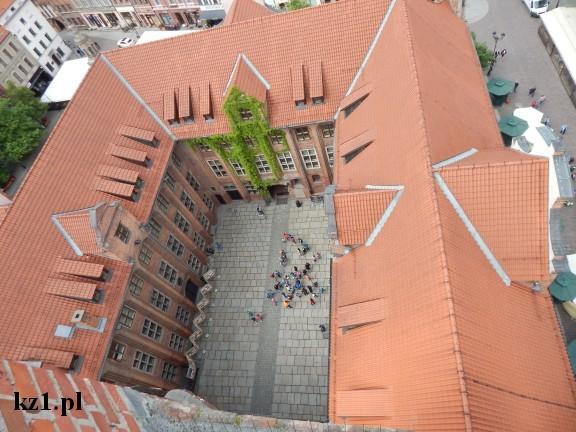 dziedziniec ratusza w Toruniu widok z góry