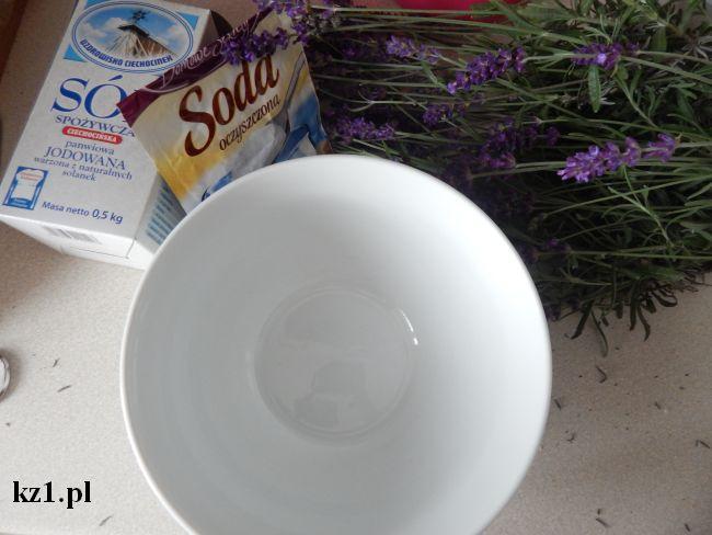 składniki do zrobienia soli lawendowej do kąpieli stóp