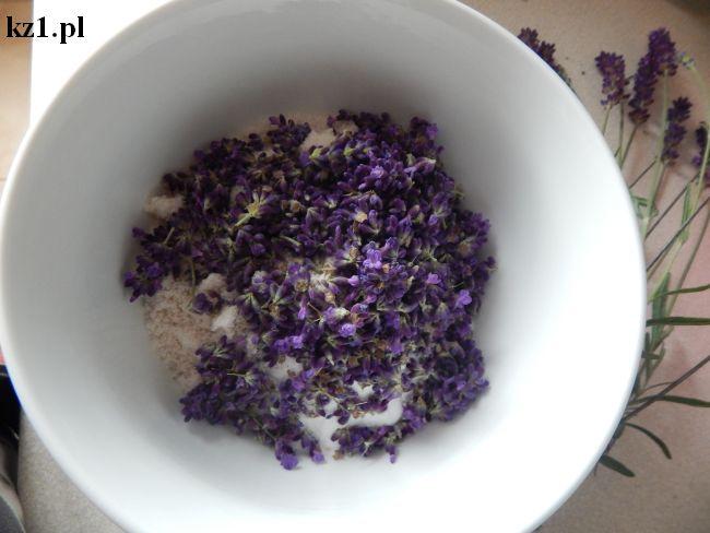 sól, soda i świeże kwiaty lawendy