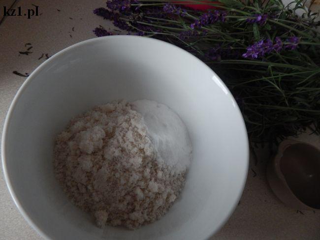 sól i soda oczyszczona wymieszane w misce